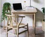 Despacho decorado con peana de ratán y madera
